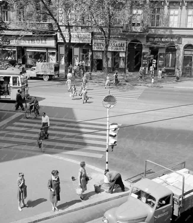 Városkép - Közlekedési lámpára szerelt visszapillantó tükör