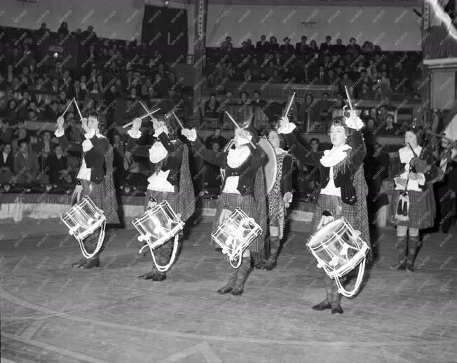 Szórakozás - Cirkusz - A Dagenham girl pipers fellépése