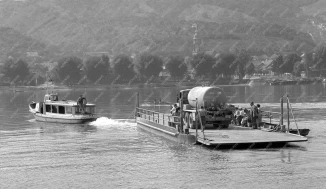 Szállítás - A visegrádi komp a Dunán halad
