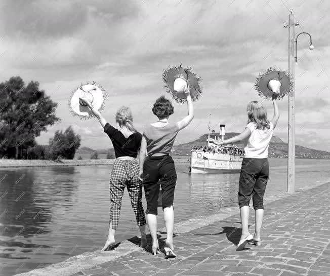 Életkép - Szabadidő - Nyaralók a Balatonparton