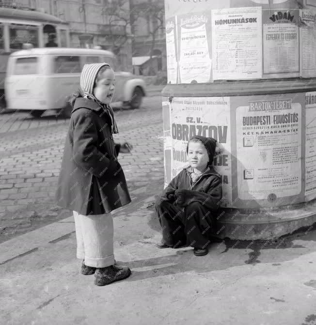 Pesti pillanatok - Gyerekek az utcán