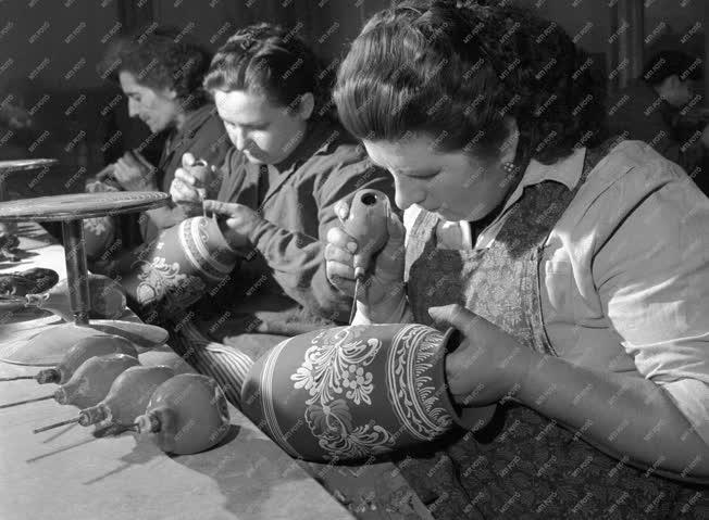 Kultúra - Népművészet - Vázafestés a Majolikagyárban