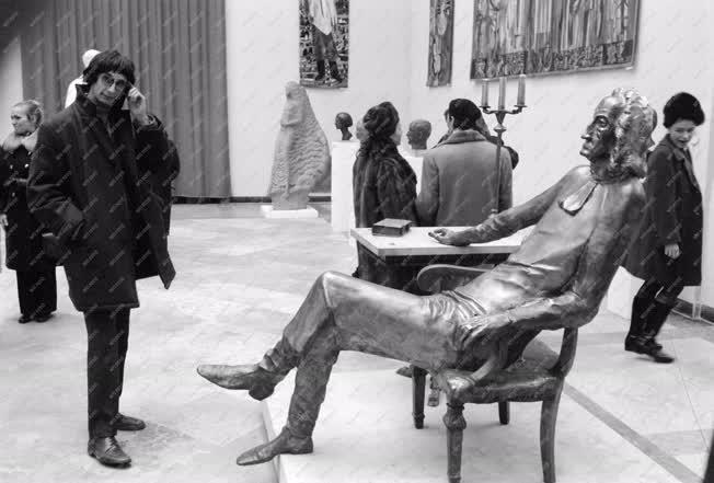 Képzőművészet - Az Új művek című képzőművészeti kiállítás a Műcsarnokban