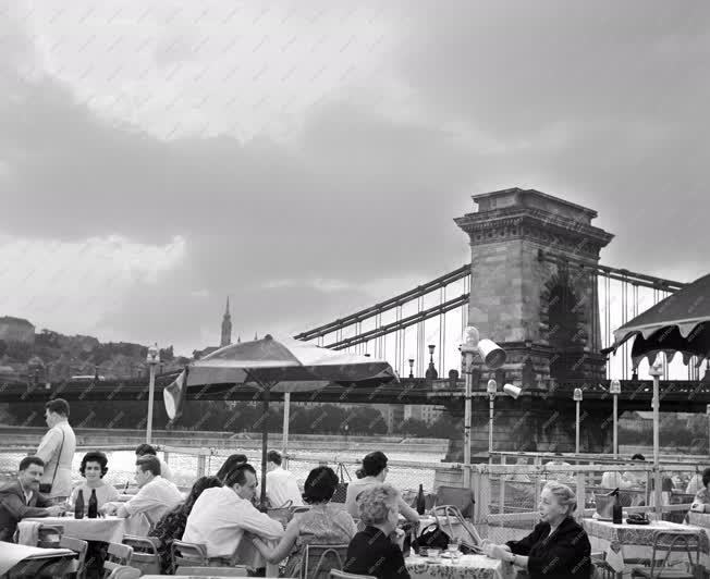 Városkép - Budapesti pillanatképek a Duna-partról