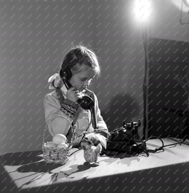 Húsvét - Telefonáló kislány