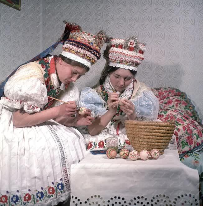 Néphagyomány - Húsvéti tojásfestés Kazáron