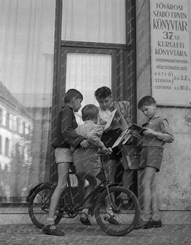 Gyermekkönyvtár - Olvasó gyermekek