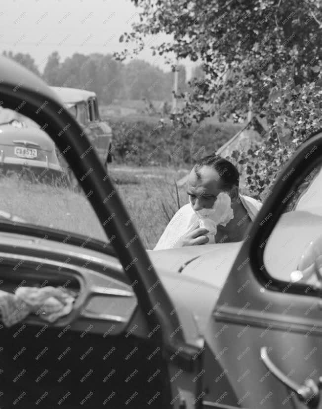 Életkép - Borotválkozó autós