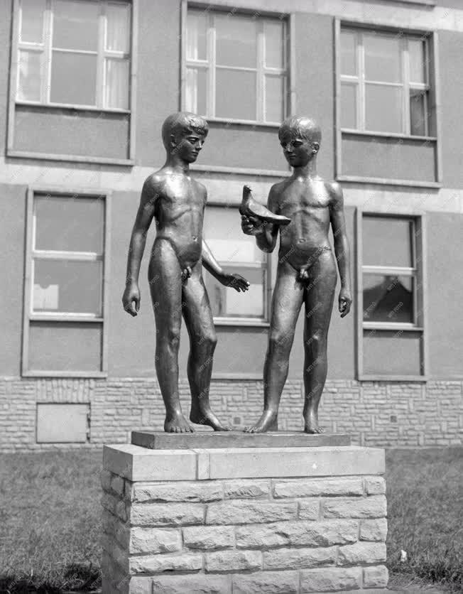 Városkép - Új budapesti lakótelepek szobrai