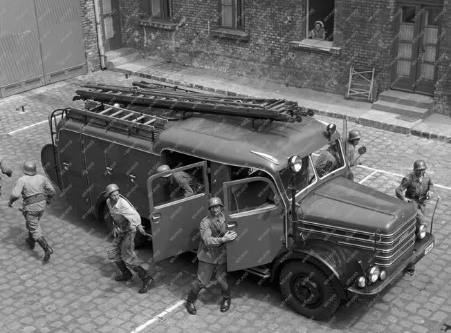 Foglalkozás - Tűzoltóság - Riasztási gyakorlat a tűzoltók
