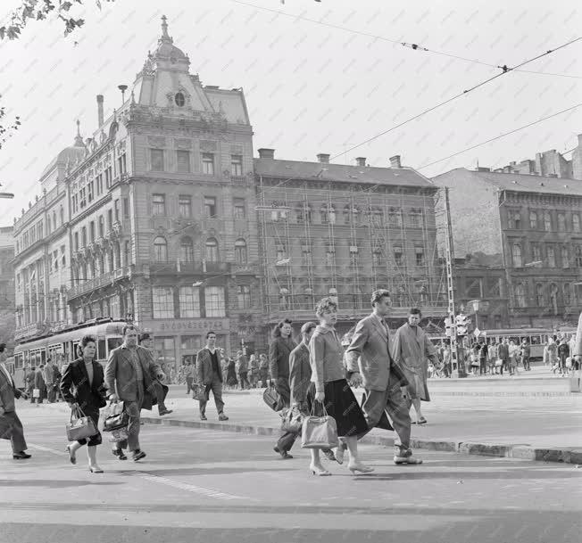 Életkép - Emberek munka után szombaton Budapesten