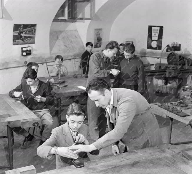 Oktatás - Ipar - Iskolát patronál a szocialista brigád