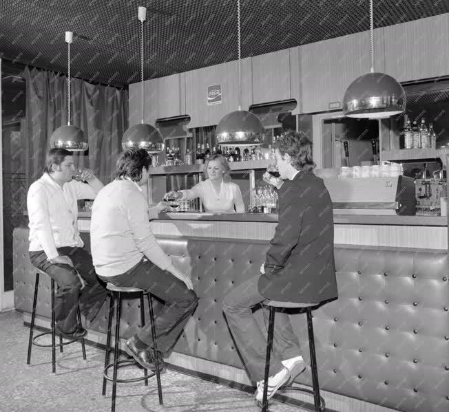 Vendéglátás - Férfiak a drinkbárban