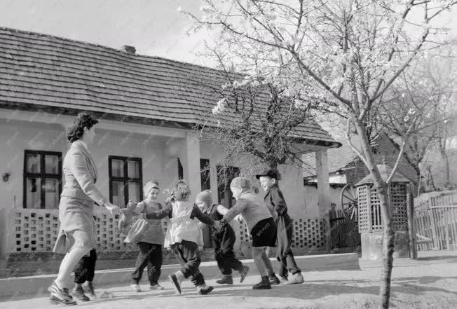 Oktatás - Játék a leányvári óvoda udvarán