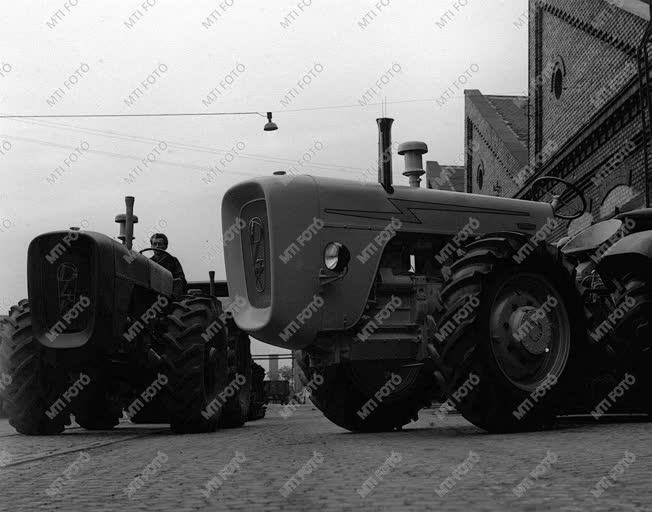 A szerző válogatása - Sorozatban gyártják a D-4-K traktort
