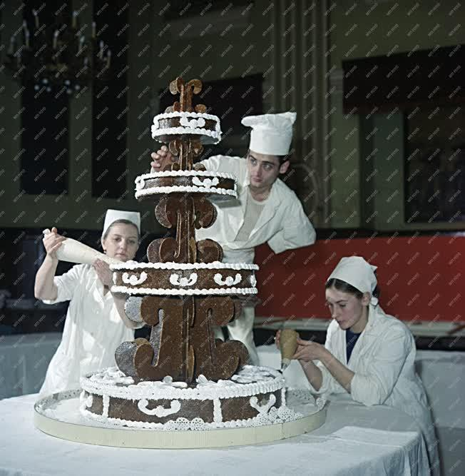 Vendéglátás - Farsangi tortát díszít három cukrász
