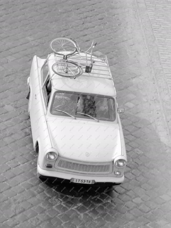 Életkép - Közlekedés - Trabant biciklivel