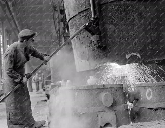 Ipar - Acélgyártás - Háromüstös csapolás a Lenin Kohászati Művekben