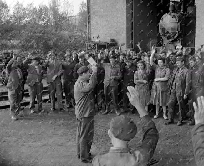 Külkapcsolat - Tiltakozó röpgyűlések A Dunai Vasműben