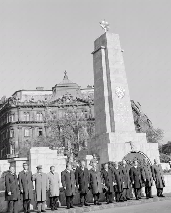 Belpolitika - Koszorúzás a szovjet hősi emlékműnél