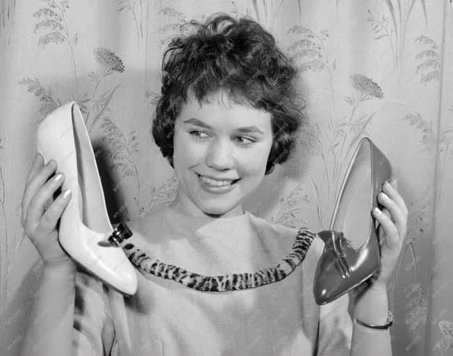 Kereskedelem - A Lendület KTSZ export cipői