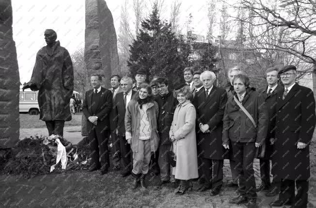 Külkapcsolat - Tom Lantos megkoszorúzza Raoul Wallenberg emlékművét