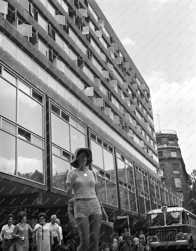 Városkép - Kultúra - Új kultúrpalota a Vörösmarty téren