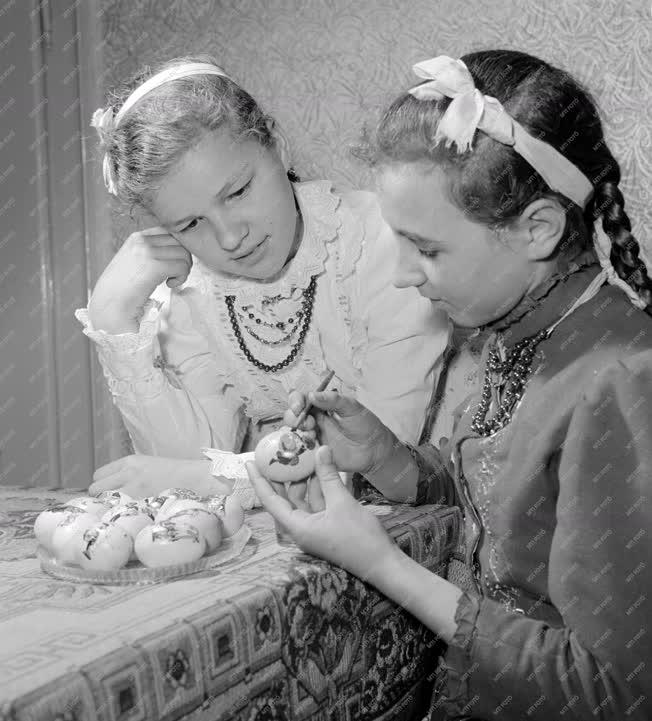 Néphagyomány - Festik a húsvéti tojásokat Tápén