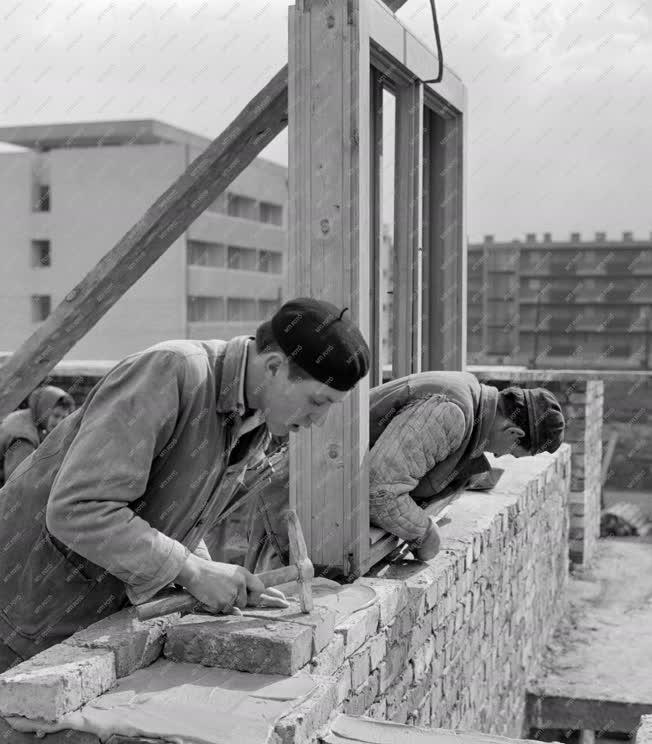 Foglalkozás - Szakmunka - Kőművesek falazási munka közben