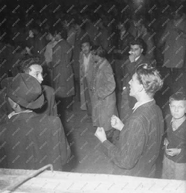 Ötvenhat emléke - Tüntetés a Magyar Rádió épülete előtt