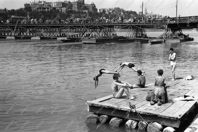 Romos Budapest - Fürdőző fiatalok