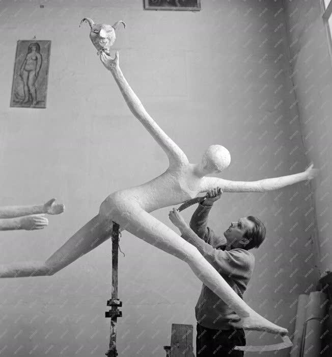 Kultúra - Szebényi Imre szobrászművész munka közben