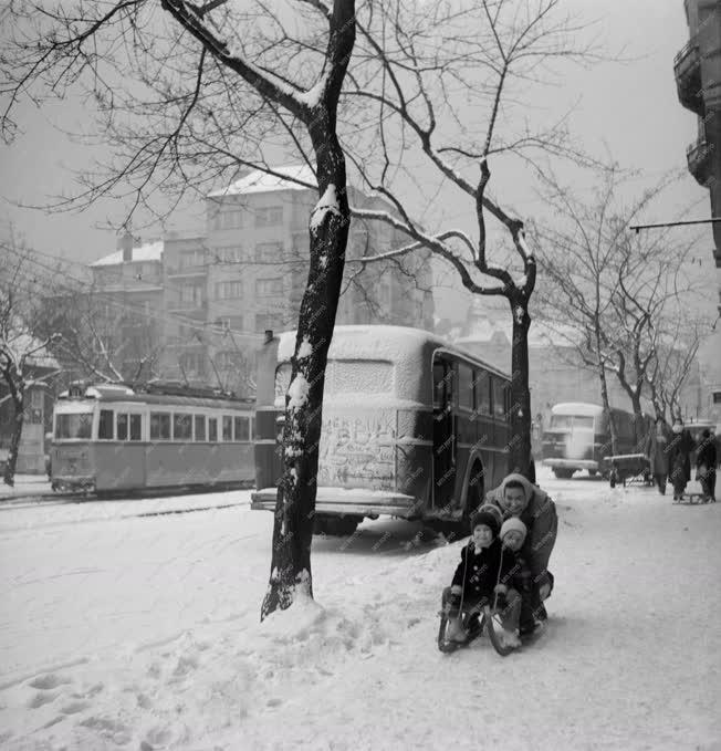 Városkép-életkép - Ródlizók a havas Budapesten