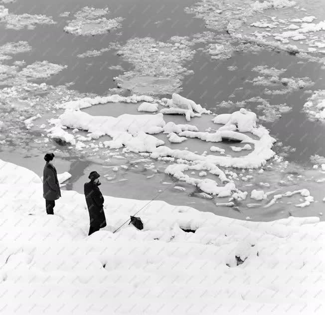 Életkép - Horgászok a havas Duna-parton