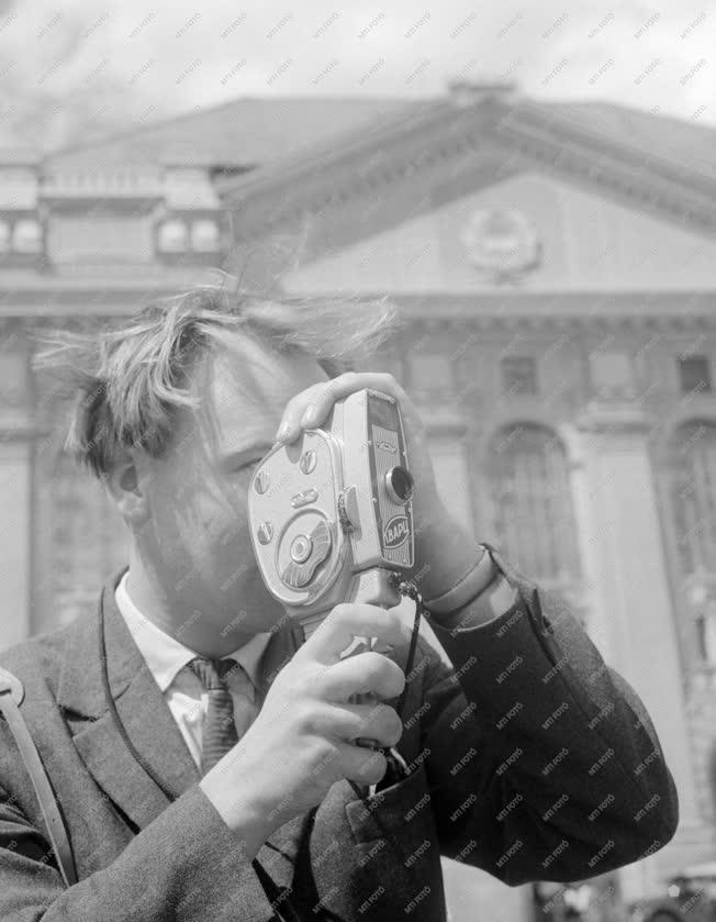 Városkép-életkép - Fiatalember kamerával az egyetem előtt
