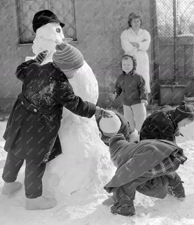 Életkép - Hóemberépítő gyerekek