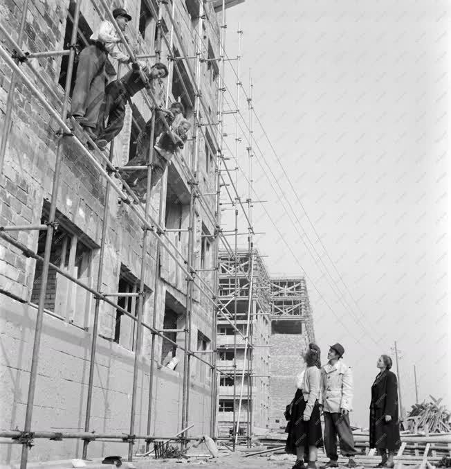 Ipar - Életkép - Építőipar - Építőmunkások és tanácsi képviselő