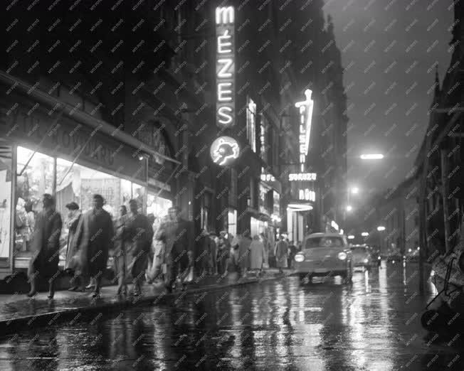 Belváros - Esti fények a Kígyó utcában