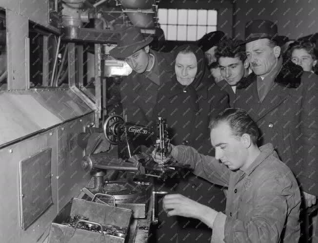 Ipar - Falusi dolgozók látogatása a varrógépgyárban
