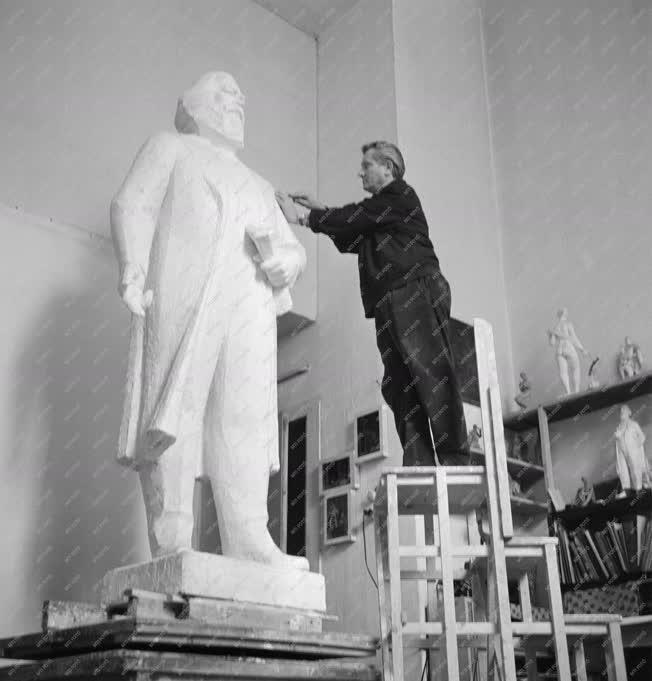 Kultúra - Kőfalvi Gyula nyerte a Marx szoborpályázatot