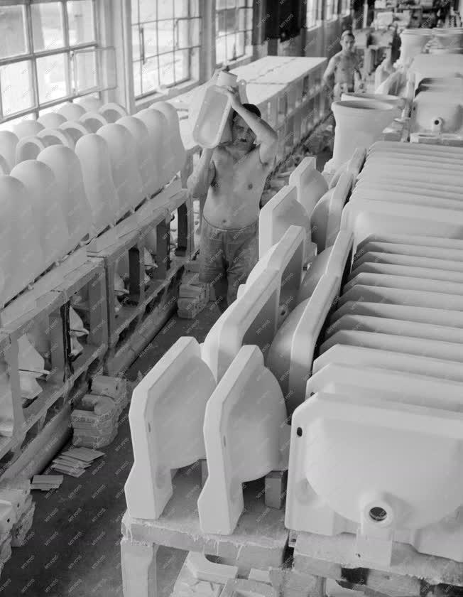 Ipar - A Budapesti Porcelán és Fajanszárugyárban