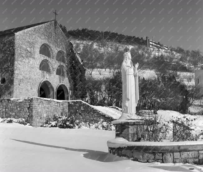 Egyház - A havas pécsi pálos templom