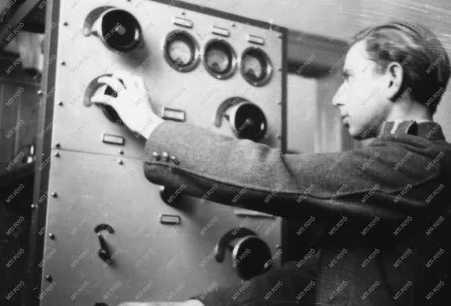 Fegyveres erők - Rendőrségi rádió átadása