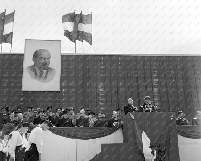 Külkapcsolat - Nagygyűlés Sztálinvárosban