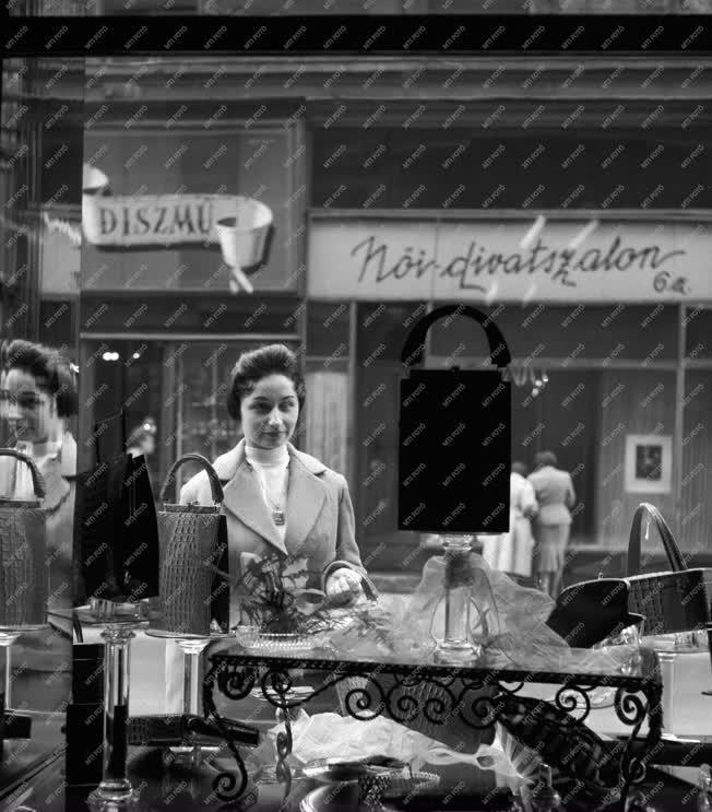 Kereskedelem - Divat - Bőrdíszműves a Váci utcában