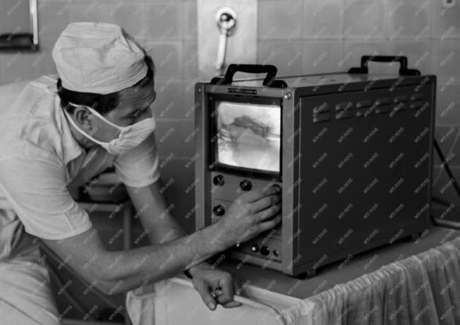 Egészségügy - Technika - Televíziós műtőlámpa
