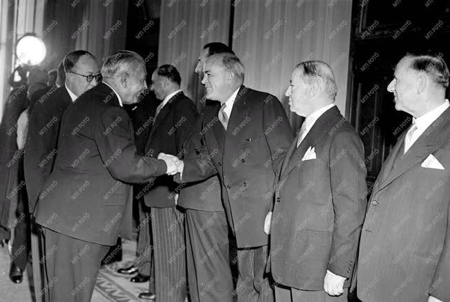 Külpolitika - A diplomáciai kar az Elnöki Tanács elnökénél