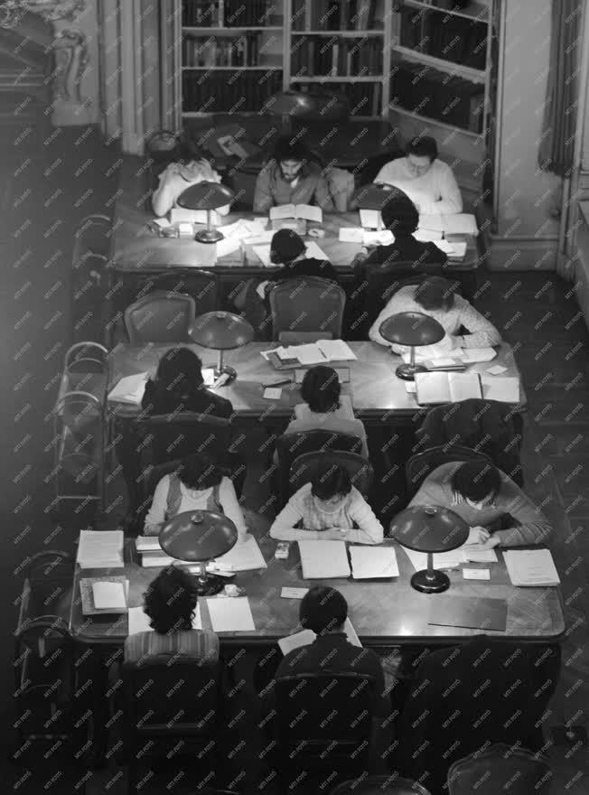 Oktatás - Diákok a könyvtárban