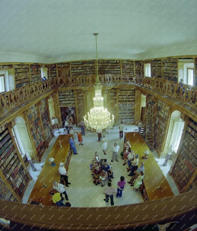 Kultúra - A keszthelyi Festetics kastély könyvtártermében