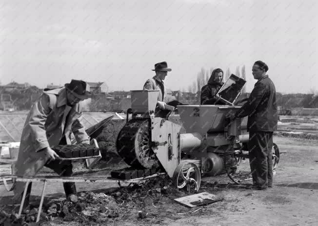 Mezőgazdaság - Szovjet tőzegkocka-rotációs gép bemutatása